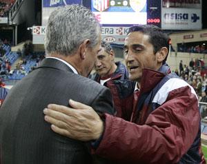 Sevilla FC: Aguirre saluda a Jiménez antes del encuentro de la primera vuelta disputado en el Vicente Calderón