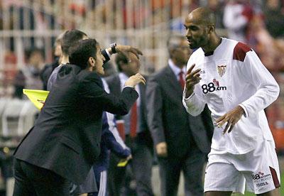 Sevilla FC: Jiménez da unas consignas a Kanouté durante un partido de Liga