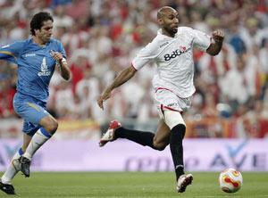 Sevilla FC: Kanouté se dispone a marcar en la final de Copa del Bernabeu