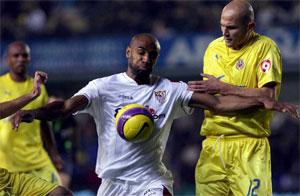 Sevilla FC: Kanouté controla un balón presionado por Cygan en el partido de la primera vuelta