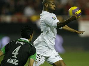 Sevilla FC: kanouté controla ante Garay