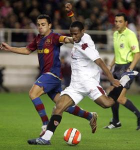 Sevilla FC: Keita pugna con Xavi por un balón