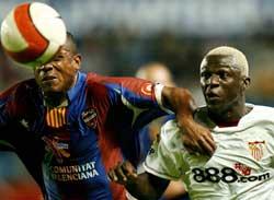 Sevilla FC: Koné, en lucha por un balón con Álvaro