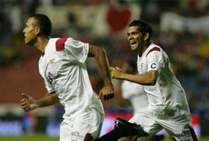 Sevilla FC: Dani Alves corre a celebrar con Luis Fabiano uno de los goles del ex de Sap Paulo esta temporada
