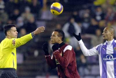 Sevilla FC: Luis Fabiano se dirige al árbitro en el momento de ser expulsado