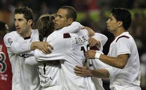 Sevilla FC: Diego Capel se abraza a Luis Fabiano tras anotar éste el gol de penalti