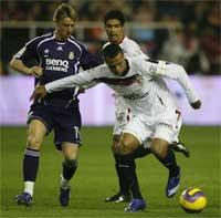 Sevilla FC: Luis Fabiano pugna con Guti por un balón
