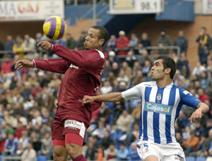 Sevilla FC: Luis Fabiano, la figura del partido, controla un balón