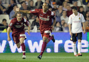 Sevilla FC: Luis Fabiano corre a celebrar su primer gol