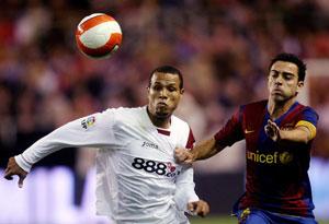 Sevilla FC: Luis Fabiano pelea un balón con un jugador del Barcelona