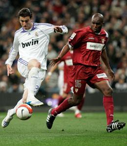 Sevilla FC: Mosquera defiende un ataque del madridista Higuaín