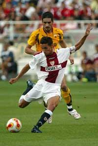 Sevilla FC: Navas tira un centro en el encuentro frente al AEK