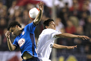 Sevilla FC: Jesús Navas pugna por un balón aéreo con Simao Sabrosa