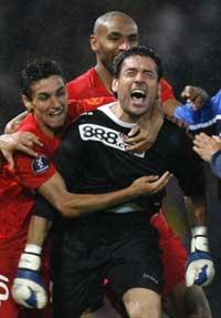 Sevilla FC: Palop es abrazado por sus compañeros en la final del Glasgow