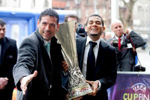 Sevilla FC: Palop y Alves bromean antes de entregar la Copa de la UEFA
