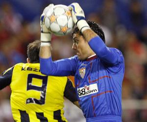Sevilla FC: Palop ataja un balón ante Kezman en el partido de vuelta de Champions League frente al Fenerbahçe