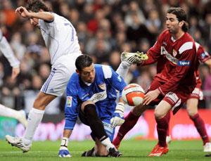 Sevilla FC: Palop, en un lance del partido