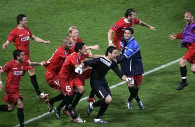 Sevilla FC: Palop, perseguido por sus compañeros tras detener en último penalti de Glasgow