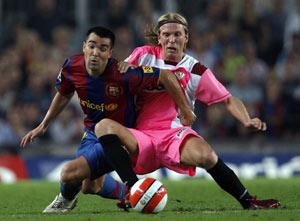 Sevilla FC: Poulsen disputa un balón con Deco en el encuentro de Liga
