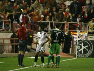 Sevilla FC: Alves, en el momento que fue amonestado