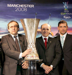 Sevilla FC: Platini, Del Nido y Palop flanquean a la Copa de la UEFA