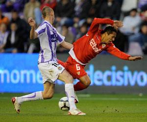 Sevilla FC: Adriano cae al suelo en presencia del pucelano Borja