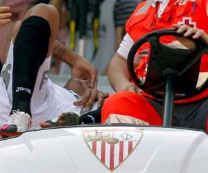 Sevilla FC: Instante en el que Luis Fabiano se retira en camilla del partido ante el Atlético