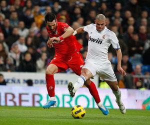 Sevilla FC: Negredo pugna con Pepe por un balón en el Bernabéu