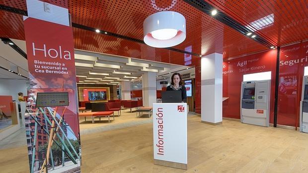 El banco santander estrena su oficina del futuro para for Oficinas santander malaga