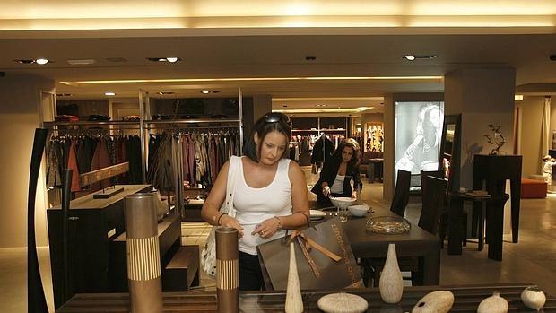 Adolfo dom nguez quiere vender un local en barcelona for Tiendas adolfo dominguez valencia