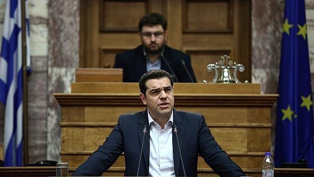 El primer ministro de Grecia Alexis Tsipras pronuncia un discurso durante una reunión del grupo de parlamentarios SYRIZA hoy, lunes 4 de abril de 2016, en Atenas (Grecia)