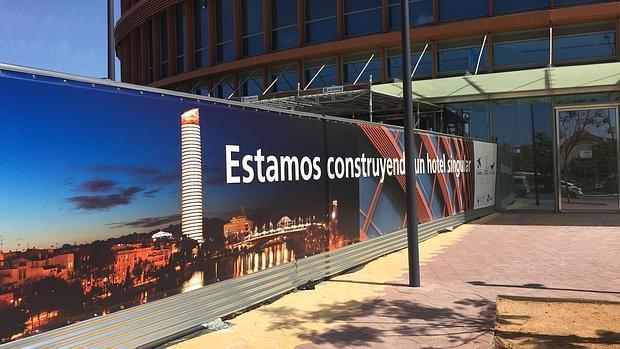 Cartel anunciador de que han comenzado las obras del hotel