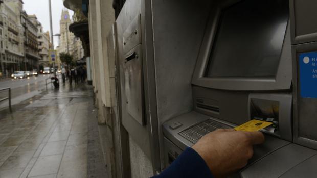 La tasa a los cajeros de carmena ya funciona en otras 19 for Cajeros barcelona