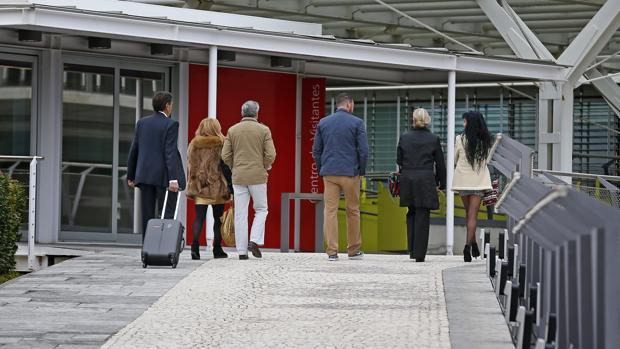 Un grupo de accionistas llega ayer a Palmas Altas para asistir a la Junta de Accionistas