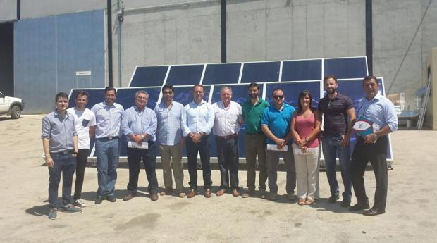 Socios de la cooperativa delante de la instalación solar