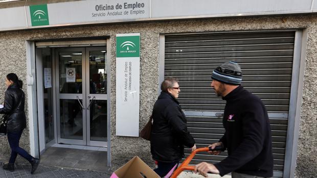 Andaluc a cerr el a o 2016 con parados menos pero for Oficina de empleo andalucia