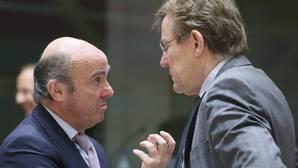 El ministro español de Economía, Luis de Guindos (i), conversa con el ministro belga de Finanzas, Johan Van Overtveldt (d), al comienzo del Consejo de Ministros de Economía y Finanzas