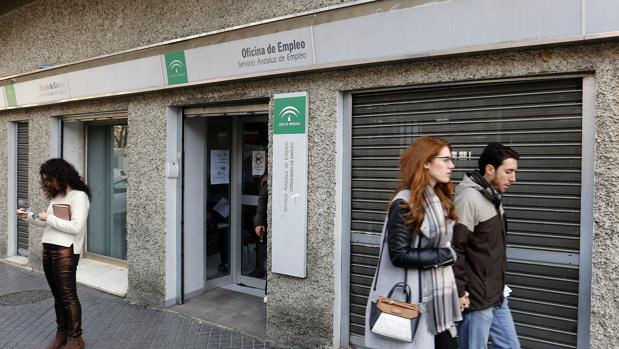 Asempleo estima una subida del paro de personas en for Oficina de empleo sevilla