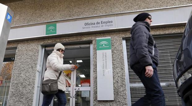 El paro baja en personas y registra el segundo mejor for Oficina de empleo sevilla