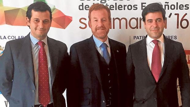 José Antonio y Francisco Gutiérrez Soto flanquean a Manuel Otero Alvarado, director del Hotel Inglaterra