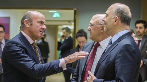 El ministro de Economía, junto al comisario Pierre Moscovici