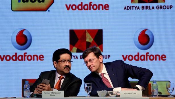 Kumar Mangalam Birla , presidente de Aditya y Vittorio Colao, CEO de Vodafone