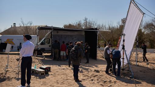 Vista del set de rodaje instalado en la playa y del equipo que ha rodado el anuncio