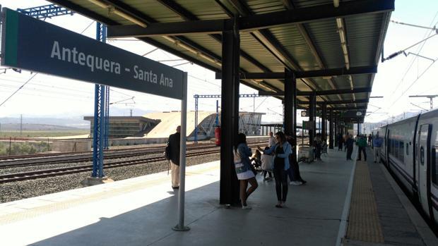 Imagen de algunos pasajeros con el tren parado en la estación de Antequera