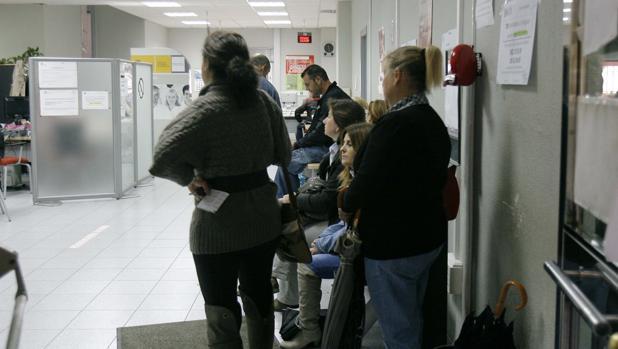 Epa el paro baja en personas en andaluc a en el for Oficina sae cordoba