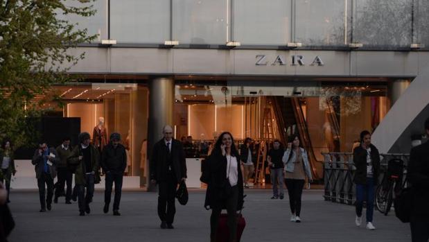 Inditex gana 654 millones de euros en su primer trimestre - Zara en cadiz ...
