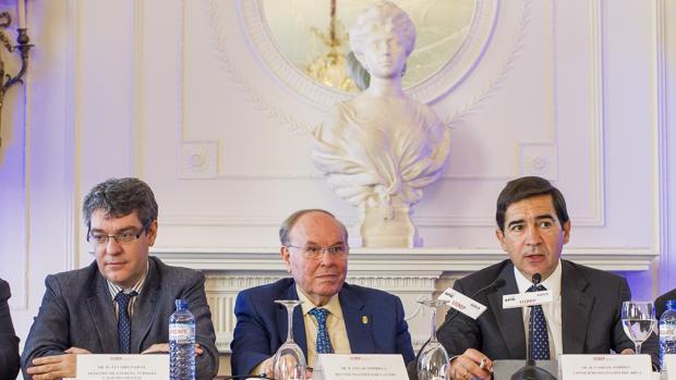 El ministro Álvaro Nadal; el rector de la UIMP, César Nombela, y el consejero delegado de BBVA, Carlos Torres