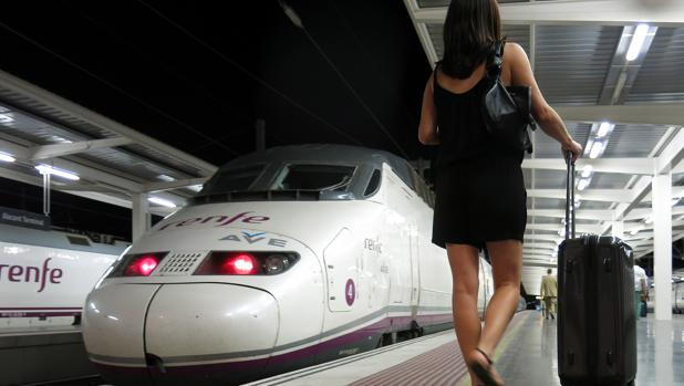 Trenes AVE en la estación de Alicante