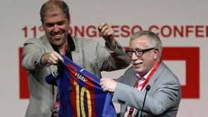 Unai Sordo regaló a Fernández Toxo una camiseta del F. C. Barcelona, del que es fiel seguidor