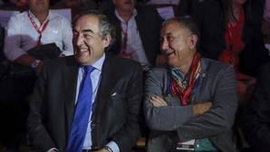 El presidente de la CEOE, Juan Rosell (i), y el secretario general de UGT durante el Congreso de CC.OO.